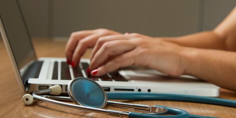 Porada lekarska przez internet – co możemy dzięki niej uzyskać?