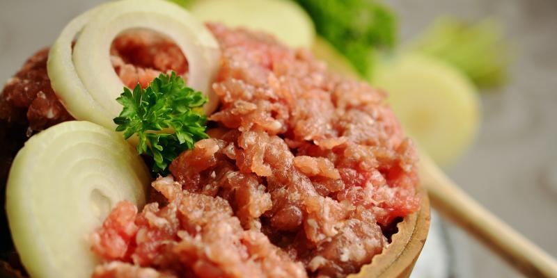Jedząc surowe mięso, można zachorować na włośnicę