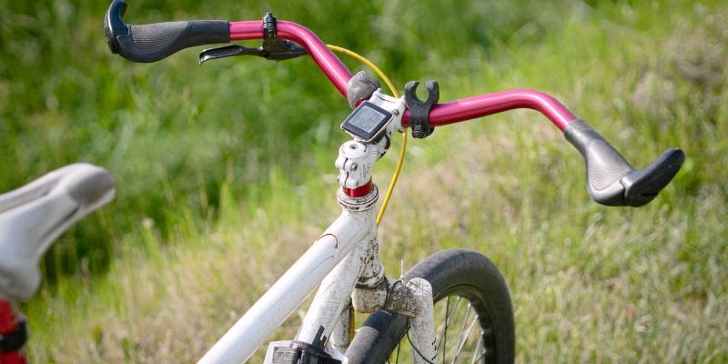 Na rower i rolki – tylko w kasku!