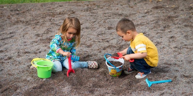 Nie karm dziecka w piaskownicy!