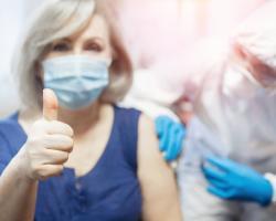Jak przygotować się do szczepienia na COVID-19? Wskazówki dla seniorów