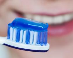 Czy przykry zapach z ust może być objawem paradontozy?