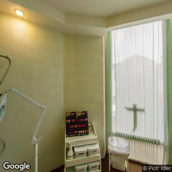 Widok z ulicy NZOZ Ars Medica Centrum Stomatologii, Chirurgii Szczękowo-Twarzowej i Implantologii